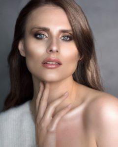 Natural make-up with brown eyes shadowand highlighter